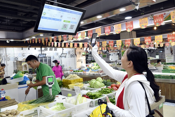 Consumers use Alipay to buy vegetables in Hangzhou, capital of East China's Zhejiang province, on Aug. 22. Photo: VCG