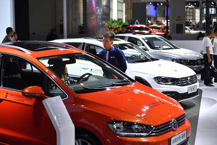 Visitors consult a sales consultant at the Kunming International Auto Show in Kunming, Yunnan province, on June 27. Photo: VCG