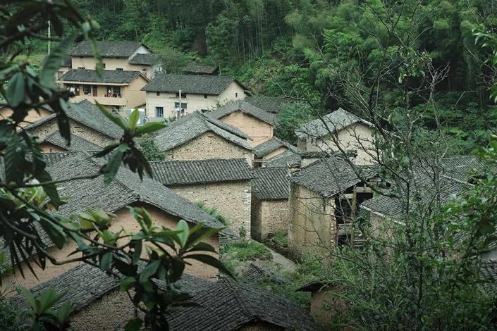 Traditional houses stand in Gaotiankeng Village in Zhejiang province, July 17. Photo: Zhou Pinglang/Sixth Tone