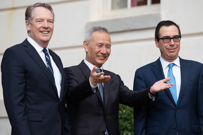 U.S. Treasury Secretary Steven Mnuchin (right) and U.S. Trade Representative Robert Lighthizer (left) greet Chinese Vice Premier Liu He as he arrives for trade talks at the Office of the U.S. Trade Representative in Washington DC, on Oct. 10. Photo: VCG