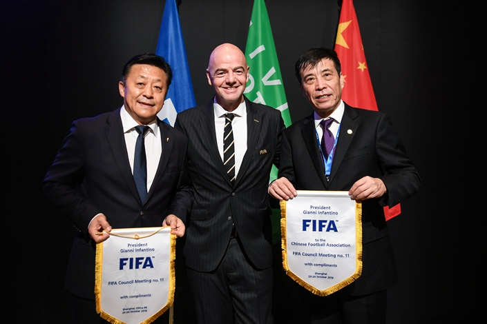 (From left) China General Administration of Sport Deputy Director Du Zhaocai, FIFA President Gianni Infantino, and Chinese Football Association President Chen Xuyuan in Shanghai on Thursday. Photo: IC Photo