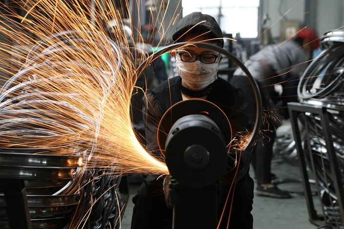 A worker makes a bicycle rim on Sept. 2 at a sports equipment factory in Hangzhou, East China's Zhejiang province. Photo: VCG