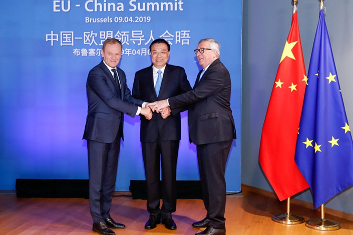 Premier Li Keqiang, President of the European Council Donald Tusk (left), and President of the European Commission Jean-Claude Juncker (right) hold hands on April 9 at the 21st China-EU Summit in Brussels. Photo: China News Service