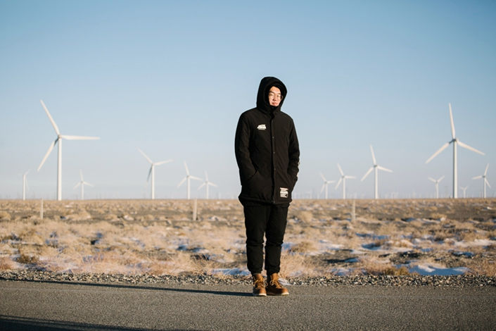Luo Kai, a worker of the Jiuquan Wind Power Base, poses for a portrait at the wind farm in New Yumen, Gansu province, Dec. 10, 2018. Photo: Wu Huiyuan/Sixth Tone