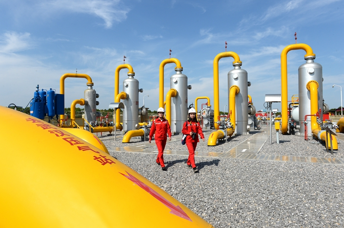 Workers inspect a Sinopec natural gas facility on Aug. 30 in Central China's Hubei province. Photo: IC Photo