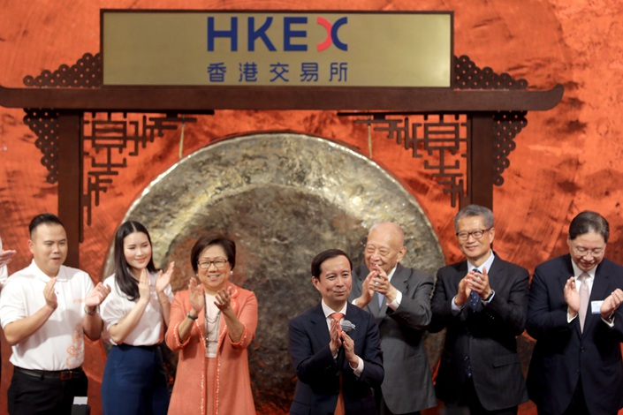 Daniel Zhang, center, applauds during Alibaba's listing ceremony in Hong Kong on Tuesday. Photo: Bloomberg
