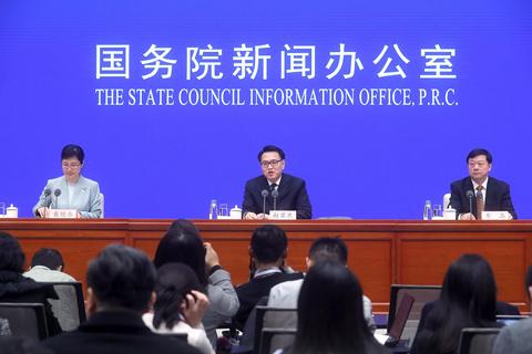 2019年11月27日,北京,国新办新闻发布会上,中国生态环境部副部长赵英民介绍《中国应对气候变化的政策与行动2019年度报告》。