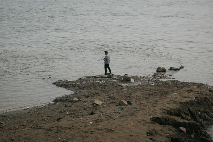 A man fishes near the bank of the Yangtze River in Honghu, Hubei province, on Oct. 23. Photo: Li You/Sixth Tone