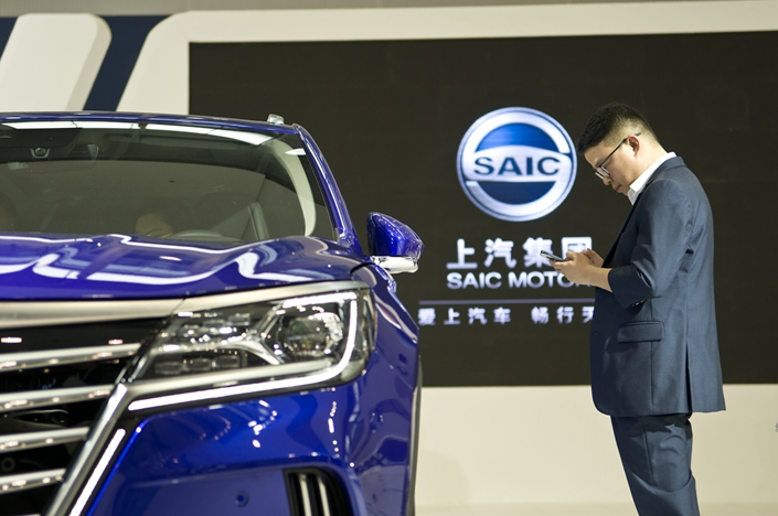 A visitor checks out SAIC Motor's booth at an auto show in Guangzhou, South China's Guangdong province, in November 2018. Photo: IC Photo