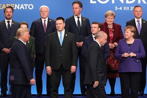 """北约峰会上美法角力频频 川普笑谈反恐遭马克龙回怼""""严肃点"""""""