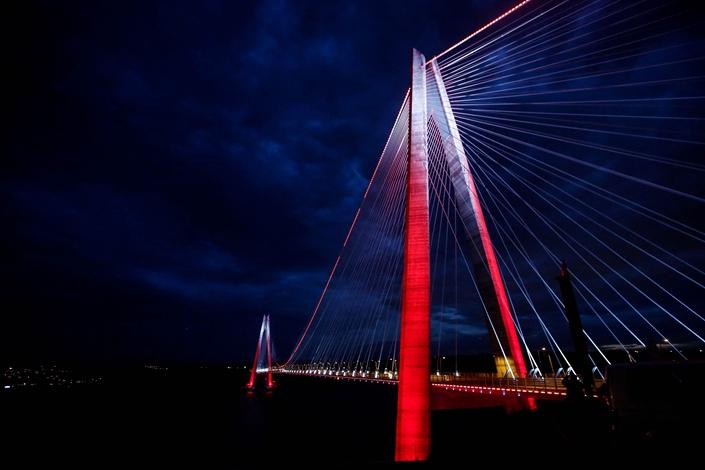 Yavuz Sultan Selim bridge, Bosphorus third bridge, stands illuminated between Europe and Asia  near Istanbul Turkey on  Dec. 1, 2017. Photo: Bloomberg