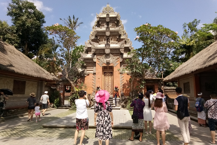 Chinese tourists visit Ubud Palace in Bali, Indonesia, in September 2017. Photo: IC Photo
