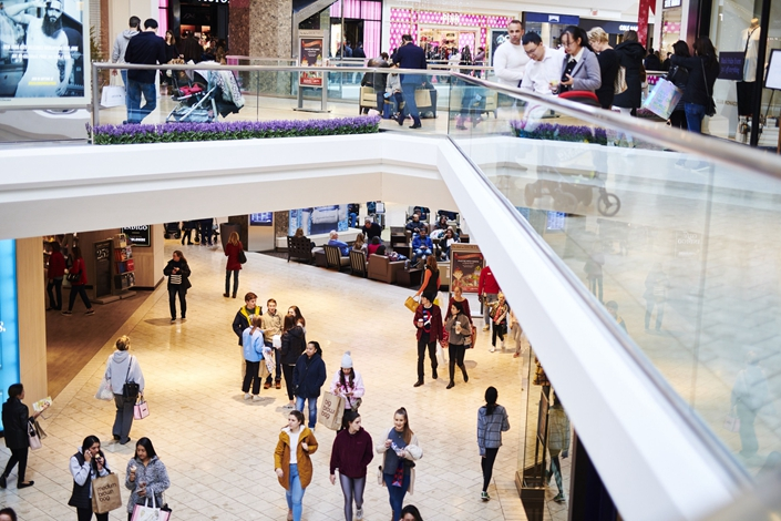 Shoppers walk through a mall in New Jersey, the U.S., on Black Friday, Nov. 29. Photo: Bloomberg
