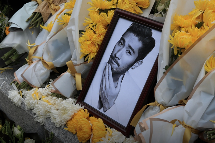 "Fans mourn Godfrey Gao at the recording site of ""Chase Me"" in Ningbo, Zhejiang province, Nov. 28. Photo: VCG"