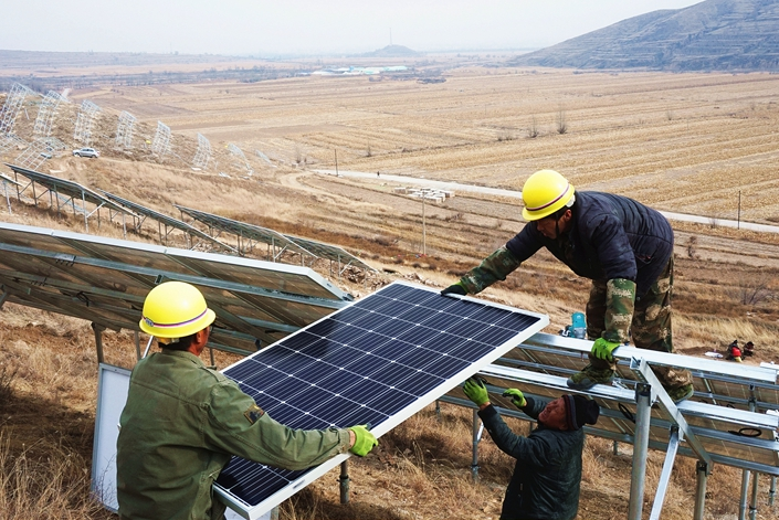Workers assemble a solar power array in November 2018 in Zhangjiakou, North China's Hebei province. Photo: VCG