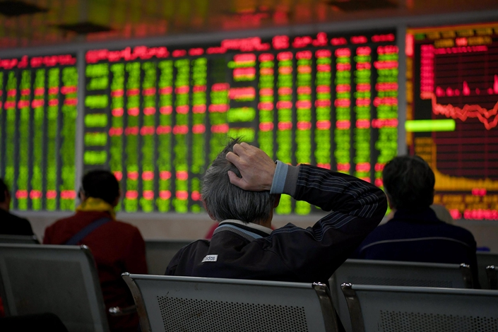 Investors watch stock prices move on Oct. 29 in a trading hall in Chengdu, Southwest China's Sichuan province. Photo: VCG