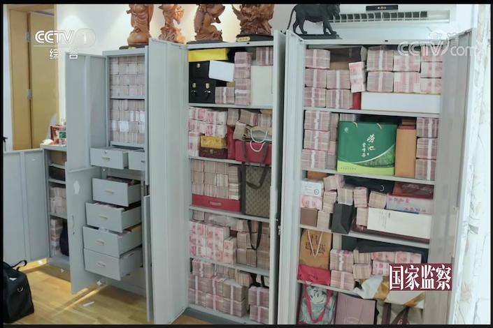 Cash stashed in vaults found in an apartment owned by Lai Xiaomin, former boss of China Huarong Asset Management. Photo: CCTV