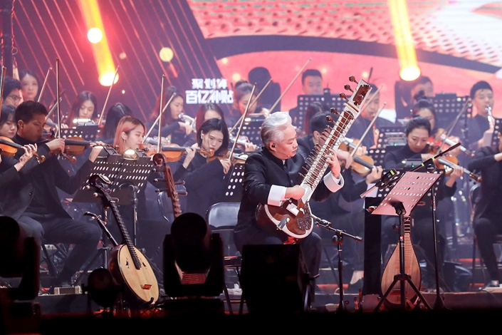 """Fang Jinlong and other musicians perform """"Rhythm World"""" during Bilibili's """"Last Night of 2019,"""" Dec. 31, 2019. Photo: Sixth Tone"""