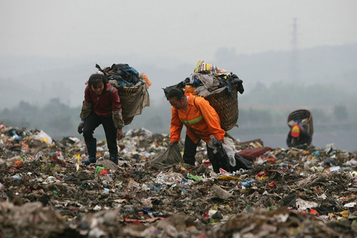 Scavengers pick up plastic bags at a dump on April 2, 2008 in Chongqing. Photo: Bloomberg
