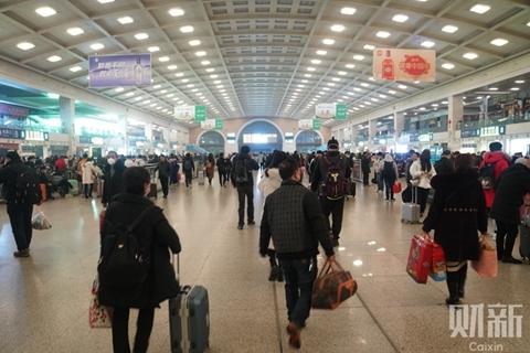 武汉凌晨宣布交通封城 部分市民游客选择连夜出城
