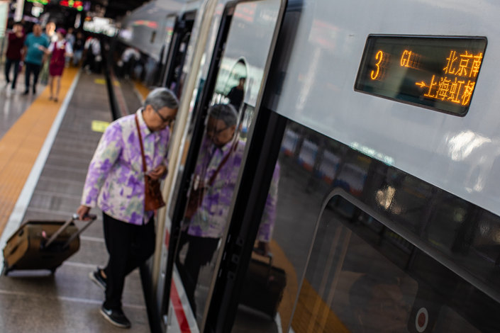 lTrain passengers in China took fewer than 3 million trips from Wednesday to Saturday, with each day's daily passenger traffic down 73.8% to 78.5% over the period.