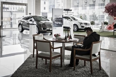 瑞银:中国汽车2月销量或将跌去大半;中国石化1月成品油经营量同比降12.7%