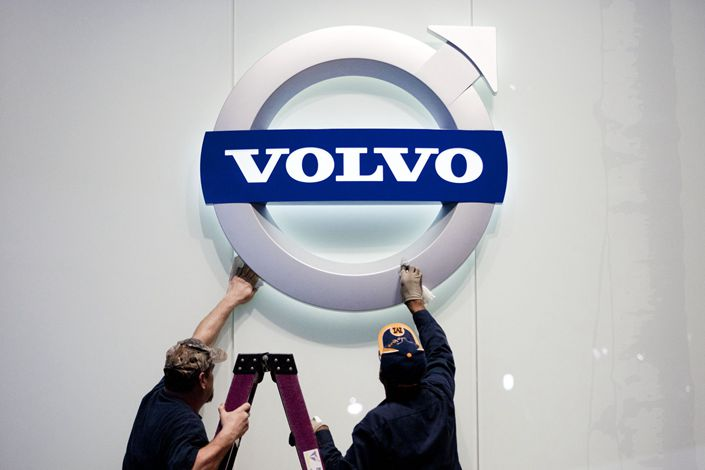 Mike Tropf, left, and Reggie White clean a Volvo AB sign prior to the 2012 North American International Auto Show at the Cobo Center in Detroit on Jan. 8. Photo: Bloomberg