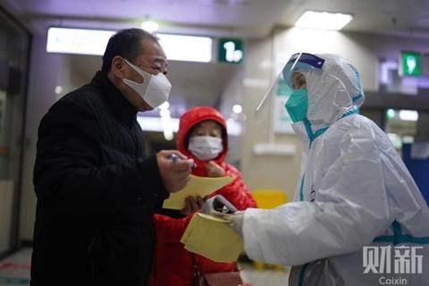 2020年2月4日,武汉大学中南医院,医生向病人家属下危重通知。湖北省2月12日单日新增新冠肺炎病例逼近1.5万,数据激增引发瞩目,原因却和2月4日国家卫健委下发的第五版新冠肺炎诊疗方案有关。图/记者 丁刚