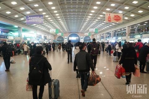 2020年1月23日凌晨,汉口火车站,拖着行李准备出城的旅客。医学论文预印平台medRxiv上2月10日发布的一篇论文认为,至2月9日,武汉城内的新冠感染者保守估计达到54000人,多则达到90000人。图/记者 蔡颖莉