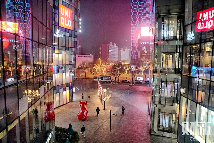 Beijing's Sanlitun commercial district is unusally quiet on Feb. 12. Photo: Cai Yingli/Caixin