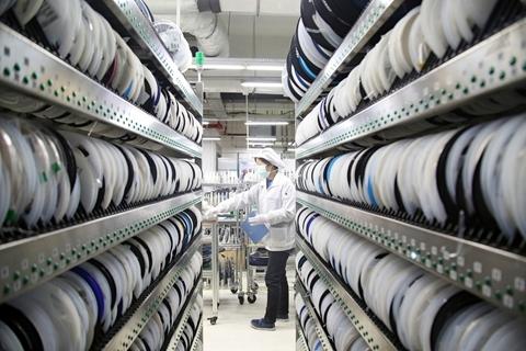 """2020年2月10日,江苏常州,企业复工。由于大多数中国企业缺乏应对如此严重疫情危机的经验,其中少数出现恐惧焦虑和采取自相矛盾的措施在所难免。调研样本中的企业管理者采取的措施,最多的是""""严格控制成本,节约各项费用"""",其次是""""优化产品服务,投入创新进行技术升级产品换代"""",和""""照常经营,积极开展业务""""。"""