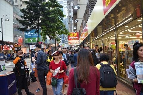 香港旺角今晨发生劫案 男子持刀抢走600卷卫生纸