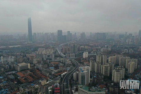 2020年1月26日,大年初二,千万人口的武汉城,在肺炎疫情下,公共交通停运后显得颇为冷清。武汉的土地市场依然笼罩在疫情阴影之下。2月17日和18日两天,武汉接连发布四份公告,共计暂停16宗地块出让,总起拍价达到290.55亿元。图/记者 丁刚