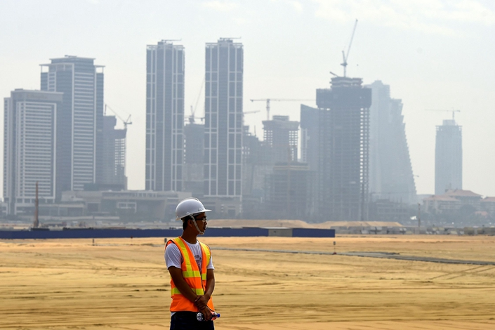 A Chinese laborer looks on at a construction site of a Chinese-fundedland reclamation project in Colombo, Sri Lanka, on Jan. 16, 2019. Photo: VCG
