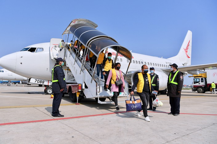 Workers arrive in Quanzhou, Fujian province, on a chartered plane from Yunnan province on Feb. 19. Photo: Xinhua