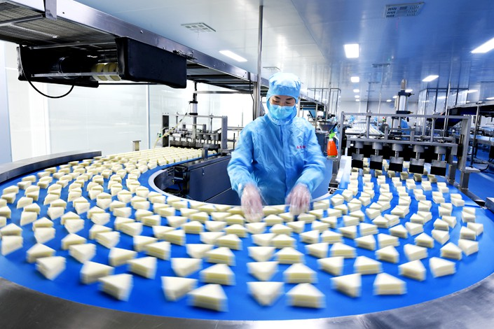 Workers on a bread production line in Zaozhuang, Shandong province, on Jan. 20. Photo: IC Photo