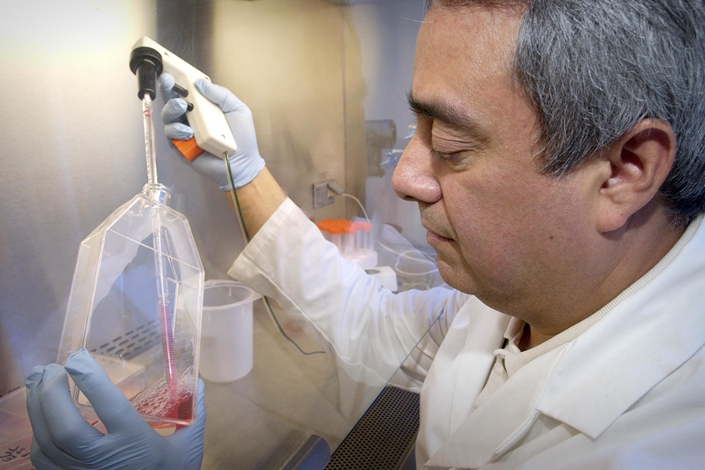 A researcher works with cell cultures at the U.S. Centers for Disease Control and Prevention during the SARS outbreak in 2002. Photo: IC Photo