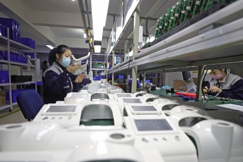 Workers make ventilators at a factory in Shenyang, Liaoning province. Photo: Xinhua.