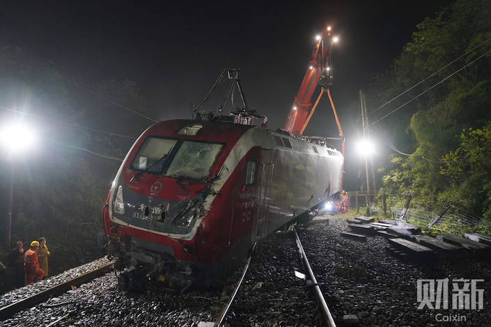 A passenger train derailed in Hunan on Monday, injuring more than 100 people. Photo: Caixin