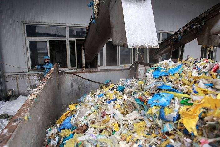 Disposal of medical waste at a medical waste treatment plant in Yangzhou, Jiangsu province, Jan. 28. Photog: Bloomberg