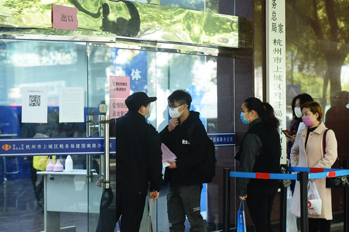 People wait in line at a tax office in Hangzhou, East China's Zhejiang province, on March 25. Photo: IC Photo