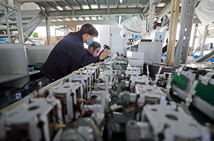 A woman produces ventilators on a production line in Shenyang, capital of Northeast China's Liaoning province on Feb. 5. Photo: Xinhua