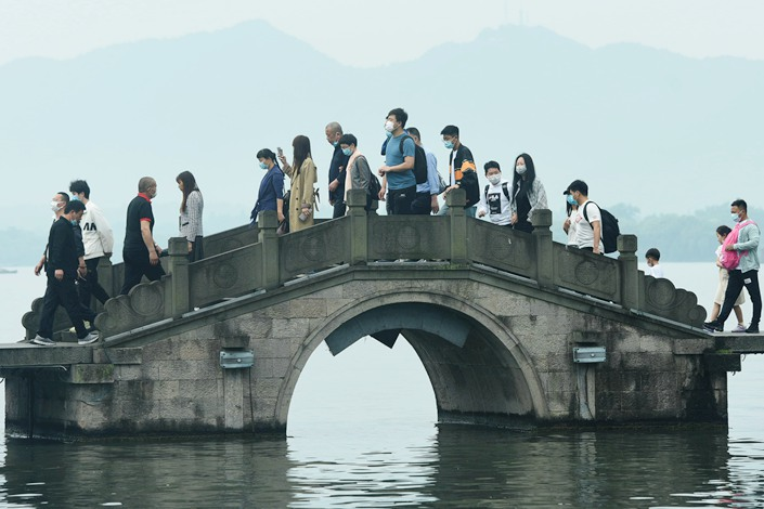 Visitors pack onto a bridge across the famous West Lake in Hangzhou, East China's Zhejiang province, on May 1. Photo: IC Photo