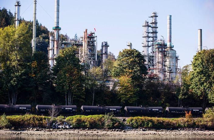 A Canadian Pacific Rail Ltd. locomotive pulls oil tankers past the Burnaby Refinery, operated by Parkland Fuel Corp., in Burnaby, British Columbia, Canada, on Sept. 19, 2018. Photo: Bloomebrg