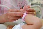 """出生人口""""三连降"""" 代表建议取消生育三孩以上处罚"""