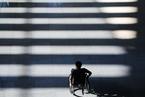 残疾人士出行常受阻 代表建议完善无障碍环境建设