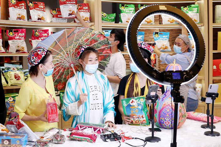 A livestreamer promotes local products in Urumqi, capital of Northwest China's Xinjiang Uygur autonomous region, on June 20.