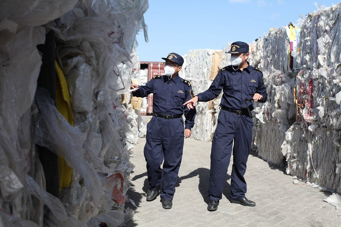 Customs officiers inspect imported solid waste in Qingdao, East China's Shandong province.
