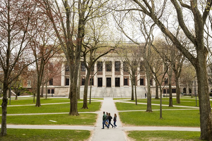 Pedestrians walk through Harvard Yard on the closed Harvard University campus in Cambridge, Massachusetts, U.S., on Monday, April 20. Photo: Bloomberg