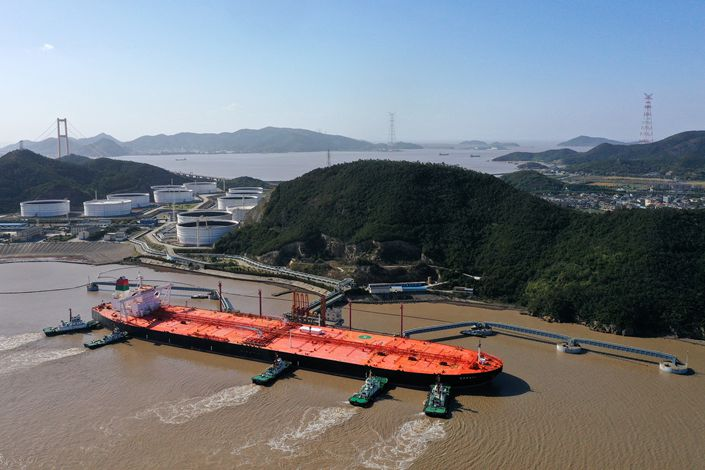 An oil tanker docks on May 12 at the Huangzeshan oil storage and transportation base in East China's Zhejiang province.